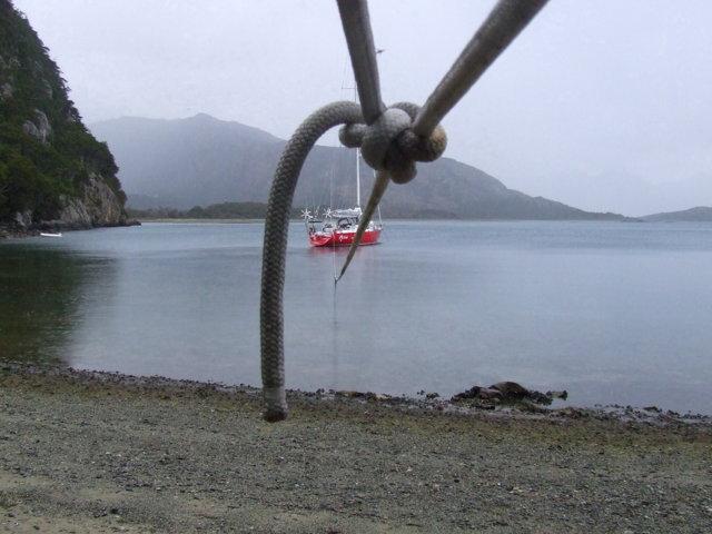 la barca Adriatica alla fonda a Olla con cime a terra