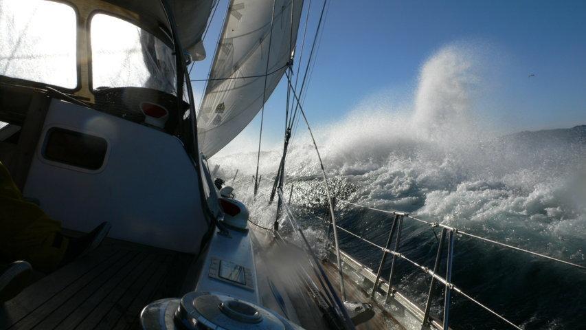 prua nella burrasca di una nave impegnata nella navigazione nei mari freddi
